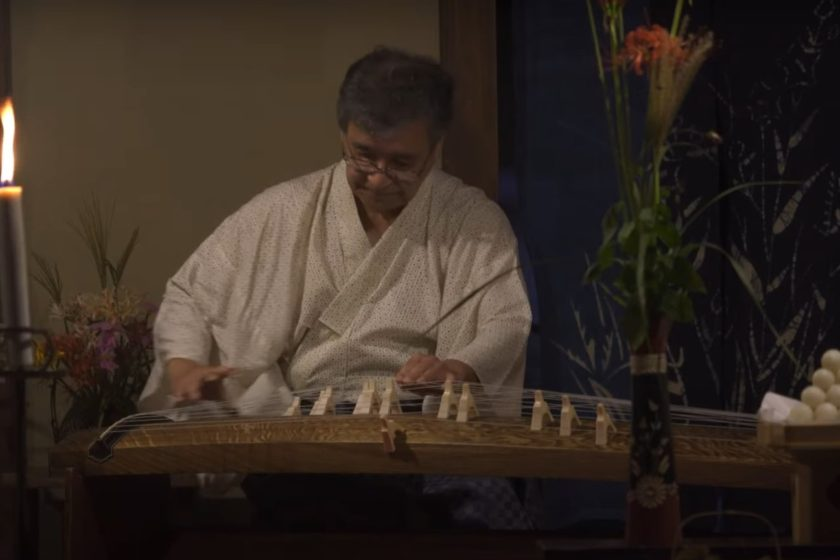 It is fun to stroll the streets while listening to the sound of a Koto harp