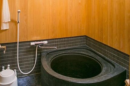 "Nostalgic ""Goemonburo"" bath heated from below"