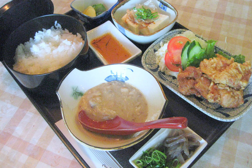 In the restaurant, from set meals to curry dishes, a varied menu is served.