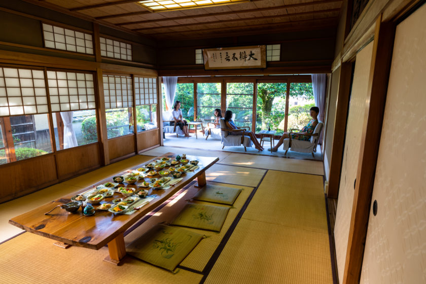Please take a break in the Japanese-style rooms of the cafe in the main house