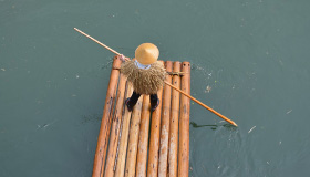 The nostalgic presence of rafters with straw raincoats and Sedge straw hats