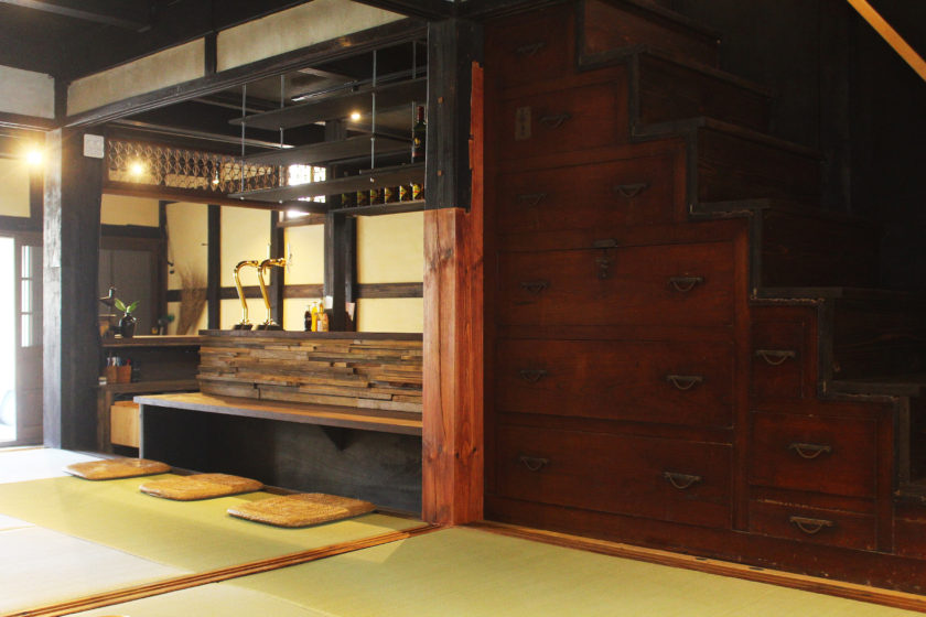 Relax and pass the time in a tatami mat room with a bar.
